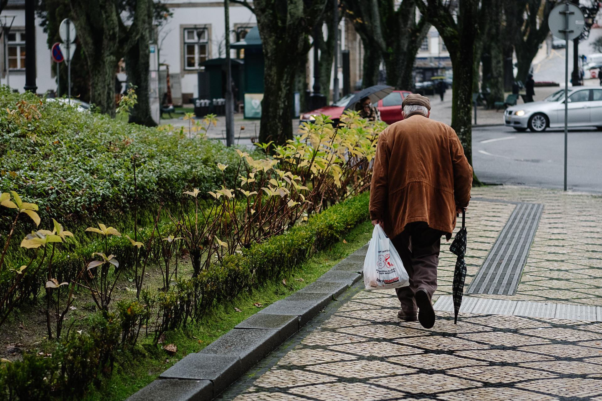 viseu genérico idoso a andar